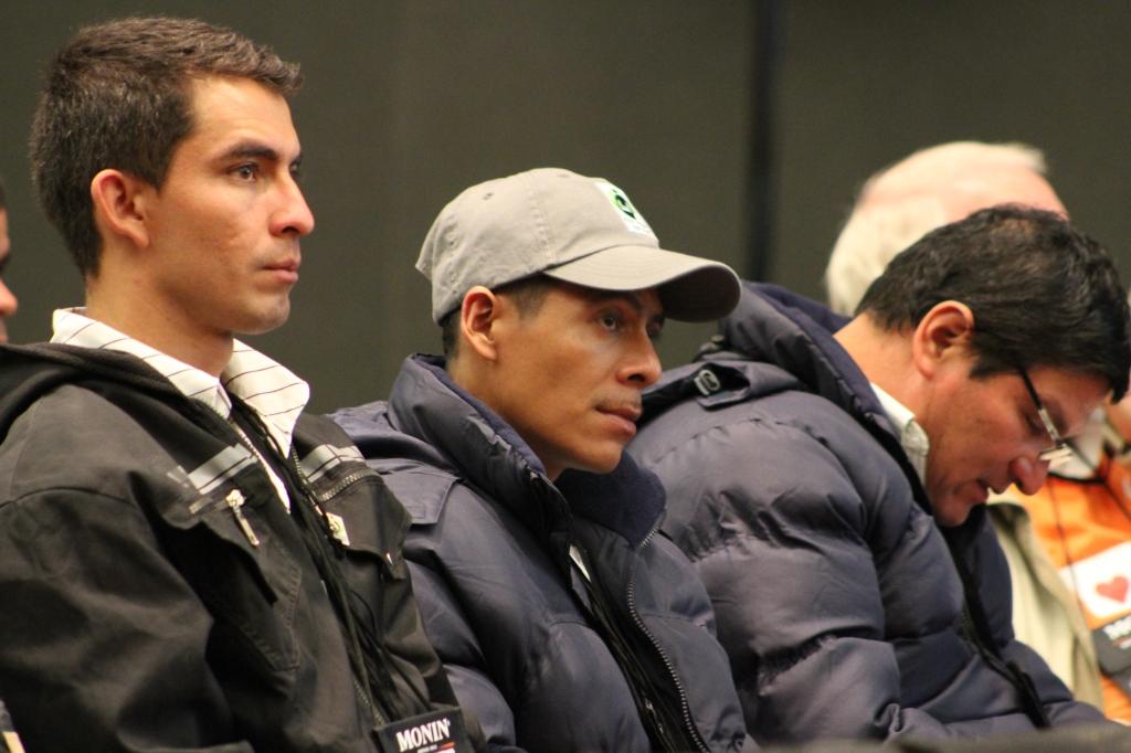 Fabian y Leonardo escuchan una presentacion durante la feria de cafes de SCAA en Estados Unidos